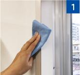 網戸を取り付ける窓枠を、雑巾などでキレイに掃除します。