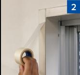 窓枠の塗装がはがれないように、必要に応じて下地としてマスキングテープを貼ります。