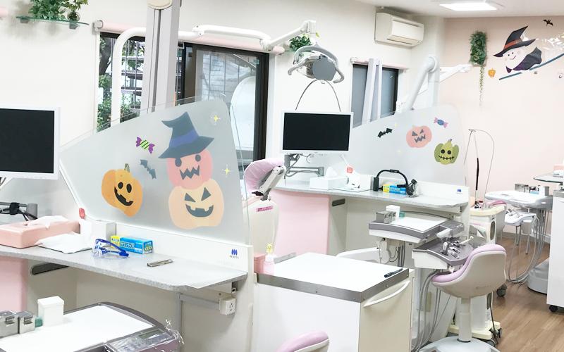小児科医院の仕切りにデコラシール