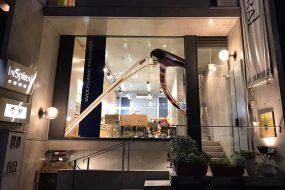大型ウィンドー装飾で商品を浮かび上がらせる〜3層と5層